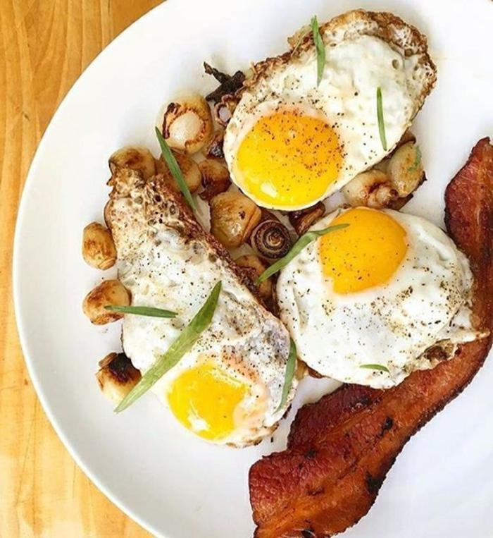 kohlenhydratarmes essen, spiegelei mit bacon, klassisches frühstück