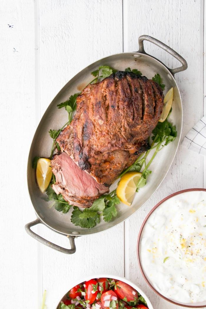 rezepte ohne kohlenhydrate, fleisch, großes fleischstück mit zitronen und petersilie, gebacken im backofen
