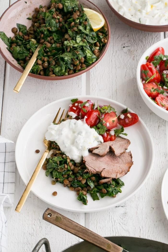 rezepte ohne kohlenhydrate, fleisch garniert mit gemüsesalat, linsen und jogurt, rezeptanleitung
