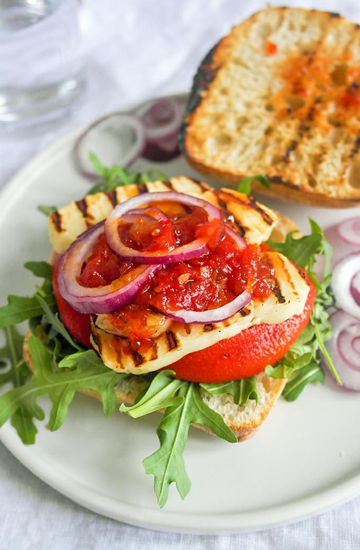 haloumi sandwich mit tomaten, zwiebel, tomatenpaste, roccola, kohlenhydratefreies essen selber zubereiten
