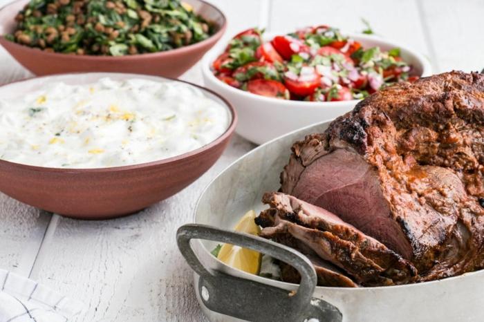 kohlenhydratefreies essen auf dem tisch, fleischgericht mit jogurt und salat, speisen kochen und genießen