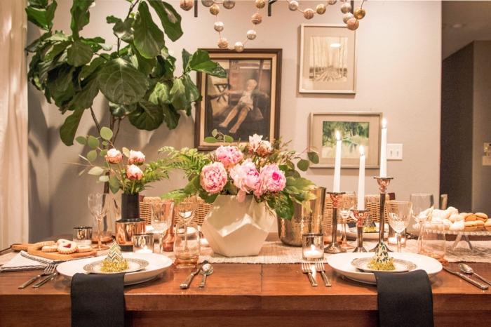 eine schöne Vase voller rosa Blumen in der Mitte, schwarze Serviette Kommunion