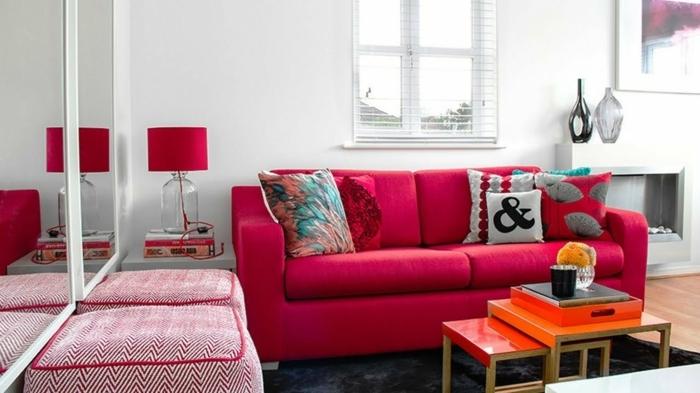 eine rote Einrichtung, kleine Räume einrichten, zwei rote Hocker, kleiner Tisch