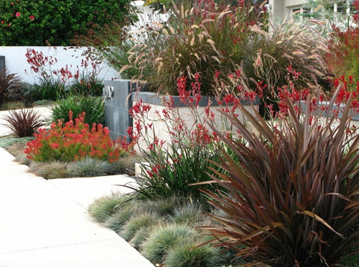 ein gut gestalteter Garten, viele kleine Ziersträuche, weiße Fliesen, winzige Blumen, Garten verschönern