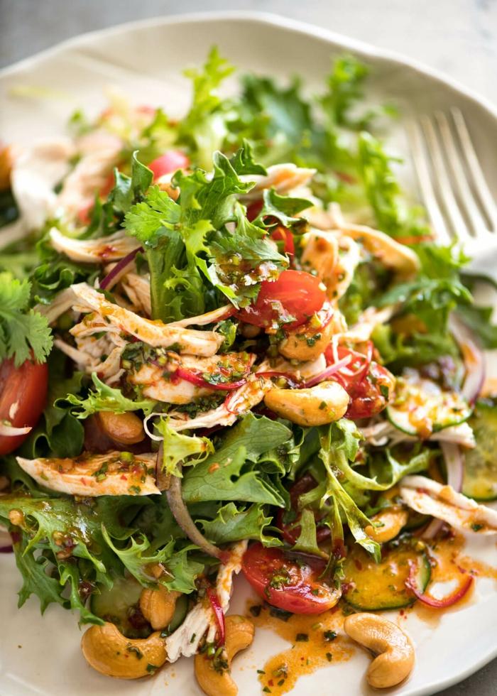 Sommersalate Rezepte mit viel Grün, Rucola, Kaschunüsse und Hähnchenbrust