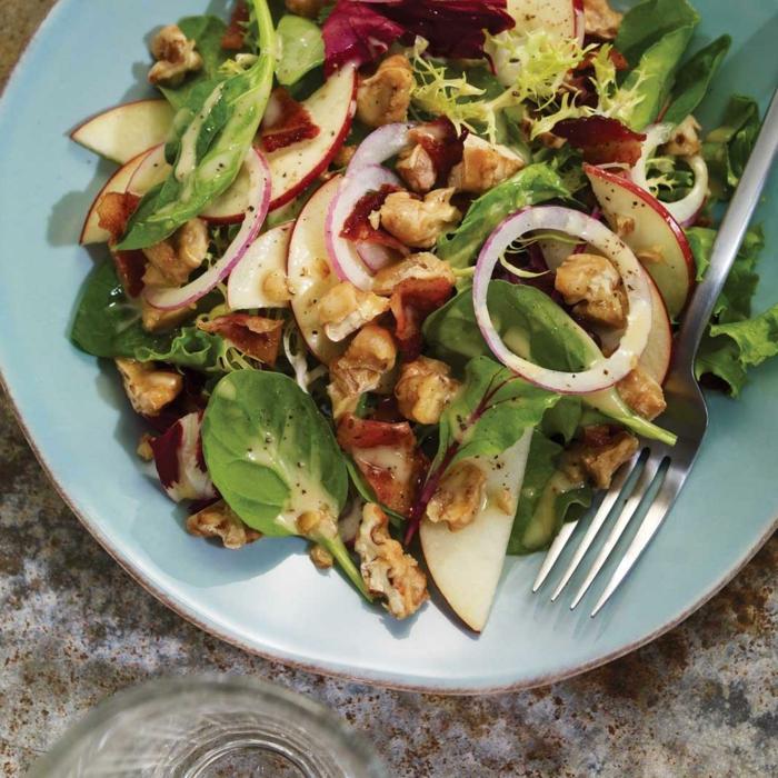 ein Fleischsalat mit viel Gemüse, Sommersalat Rezepte mit Rucola und Radieschen