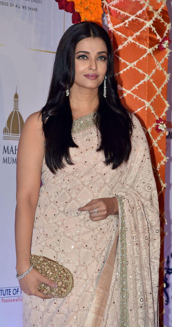rundes gesicht frisur, aischwarya rai, traditionelle indische kleidung, beige sari, langhaarfrisur