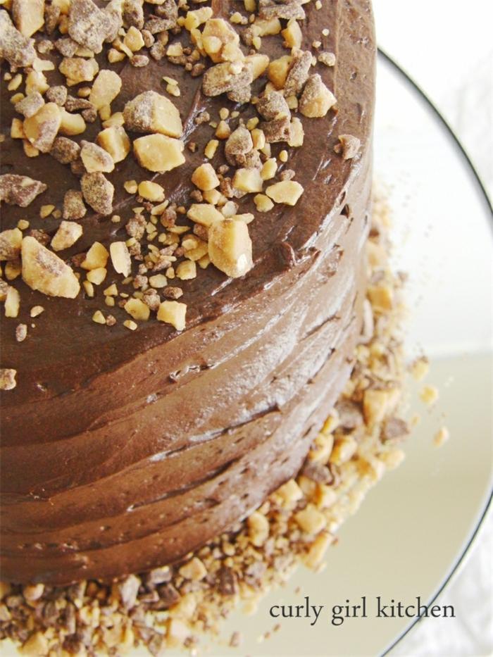 eine Schokoladentorte mit kleinen Krümmel als Dekoration, Toffifee Kuchen
