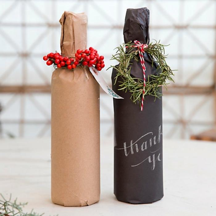 zwei Flaschen mit Deko aus natürliche Materialien, eine schwarze und eine braune Flasche einpacken