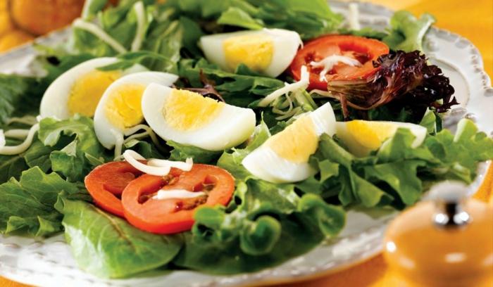 grüner Salat, gekochte Eier, Kirschtomaten, Sommersalat Rezepte