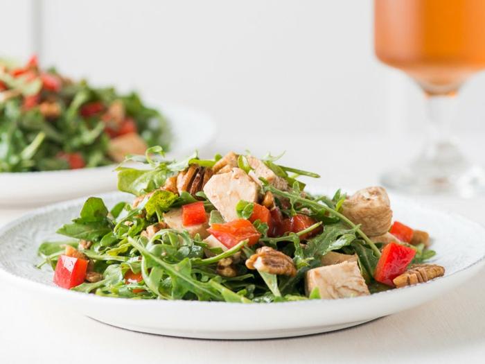 schnelle Salate mit Rucola, Fleisch und Paprika, ganz herrlich aussehend