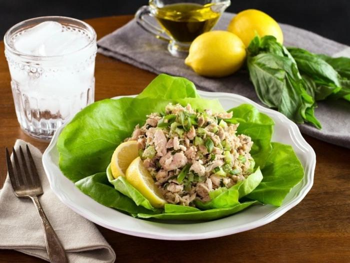 schnelle Salate, Fisch, Rucola und grüner Salat, Olivenöl und Zitronen als Dressing