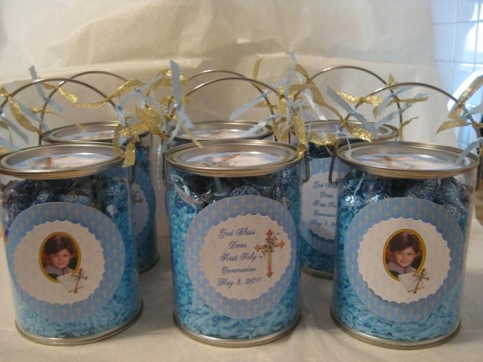 blaue Bonbons in Dosen, Tischdekoration Kommunion, Fotos von dem Jungen