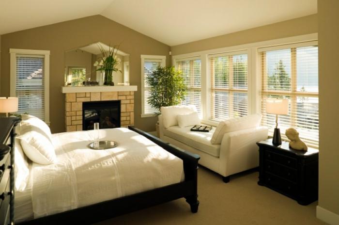 natürliche farben für schlafzimmer sind hier weiß und grün, optische vergrößerung des zimmers. kamin im schlafzimmer
