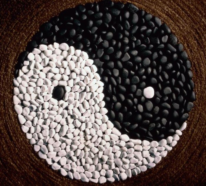 dekorationen ideen und farben für schlafzimmer, yin yang deko element schwarz und weiß wanddeko