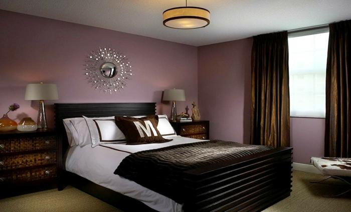 farben für schlafzimmer, violette wand, dunkelbraune vorhängem schlafkomfort, doppelbett, spiegeldeko über bett