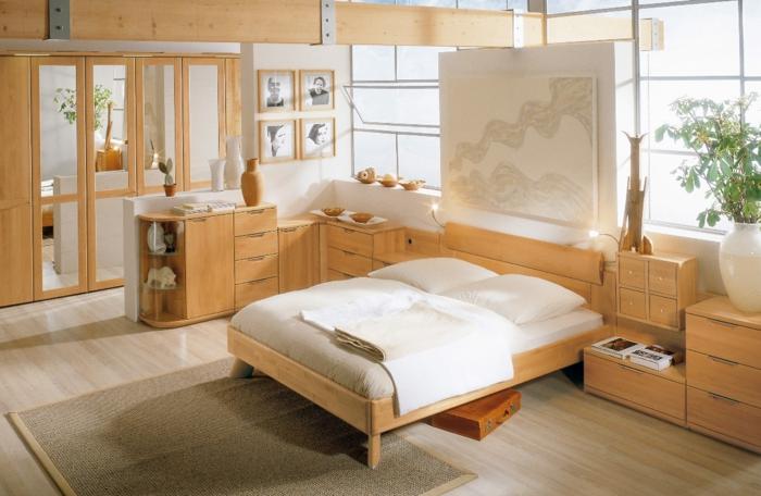 feng shui bett im zentrum des zimmers, zimmergestaltung in weiß und beige, spiegelschränke, weiße deko hinter dem bett