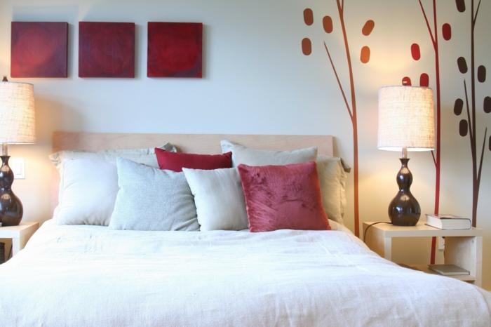 feng shui bett dekorieren, ideen für harmonisches zimmerdesign, rote kissen, rote wanddeko