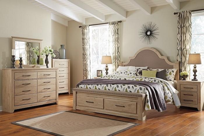 schlafzimmer einrichten beispiele, beige, schubladen, schränke, spiegel, deko ideen, lampe, ruhige atmosphäre im zimmer
