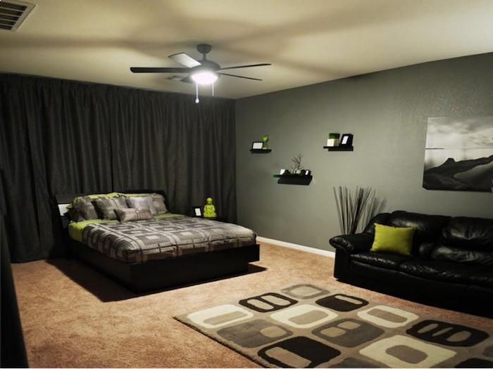 deko ideen wand, edunkles bett, dunkle vorhänge, dezente beleuchtung im zimmer, schwarzes sofa, schlaffreundliches design
