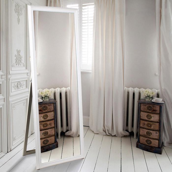 zimmer einrichten deko ideen zum entlehnen, ein großer spiegel im schlafraum, kleine schubladen, holz
