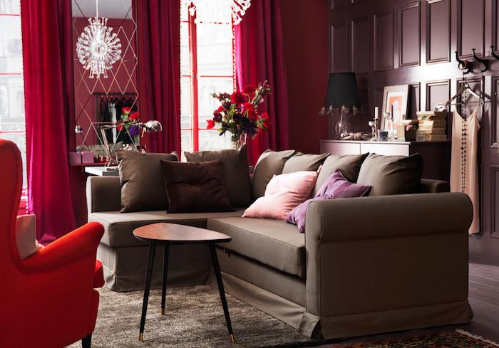 zimmer einrichten in bunten und krassen farben, rot, rosa, weiß, braun, dekokissen in orange, lila, rote vorhänge