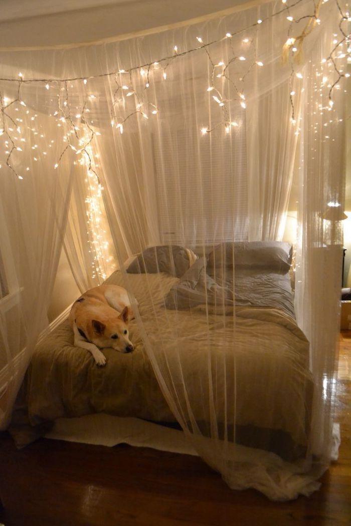 deko ideen wand, lichtkette, über dem bett, romantisches flair, gemütliche umgebung. bett design, hund im bett
