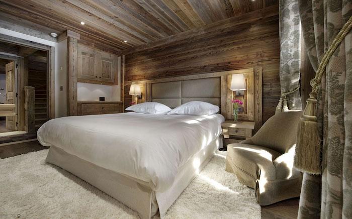 zimmer deko ideen in robuster stil, landhaus, weißer teppich, bett, schlichte möbel, holzumgebung