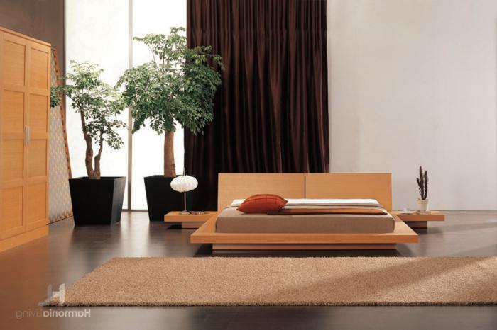 feng shui bett, zwei schöne zimmerpflanzen, grüne pflanzen, symbol für die erde, dicke und dunkle vorhänge
