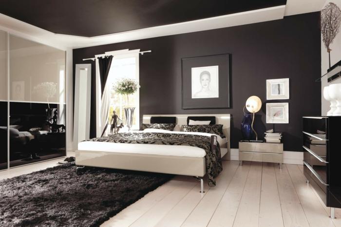 schwarz weißes zimmer mit feng shui bett, wanddeko ideen, teppich grau, großer spiegel