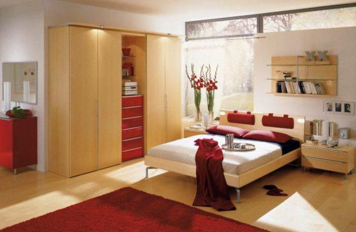 bett unter dachschräge, schöne zimmergestaltung in gelb und rot, teppich, schränke, schubladen, mischung