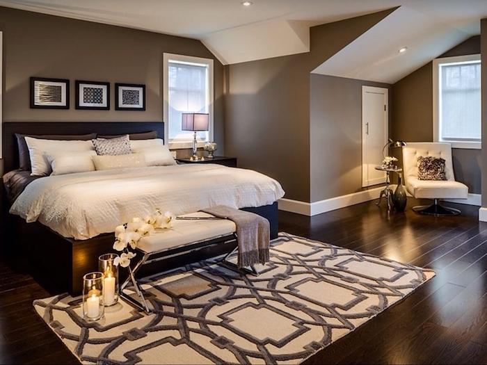 schlafzimmer einrichten und dekorieren, braun als hauptfarbe wird vom weißen und beigen verschönert, romantische atmosphäre, kerzen, blumen