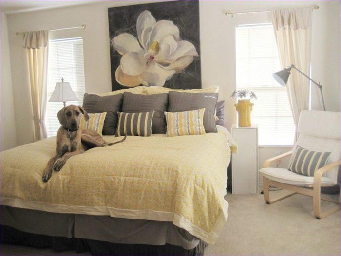 zimmer deko ideen, großes wandbild mit einer weißen blume, hund auf dem bett, gelbe bettwäsche