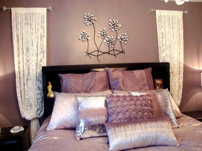 schlafzimmer einrichten, schöne ideen in lila und rosa, bunte kissen, wanddeko blumen, vorhänge, weiß