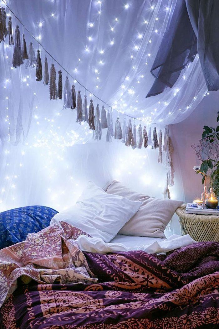 schlafzimmer einrichte und romantisch gestalten, lichtkette, beleuchtung dekorativ, schön, dezent, bunte decke