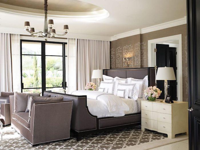 zimmer deko ideen in braun und weiß, dekorationen aus frischen blumen, lampe, teppich mit muster