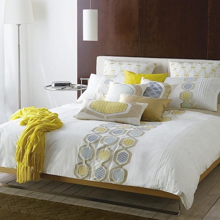 wandgestaltung schlafzimmer, brane wand in kontrast mit der schönen bettdecke, gelb, grün, dekorative kissen