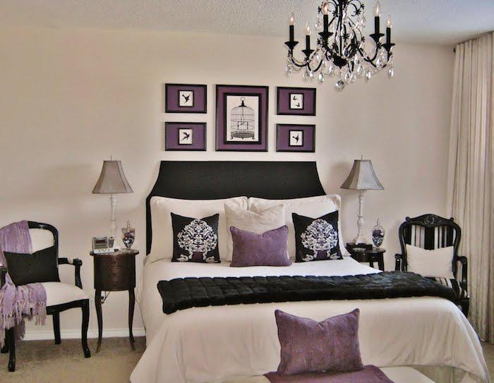 bett deko in violett und schwarz, kontraste an dem weißen hintergrund, wanddeko, wandbilder