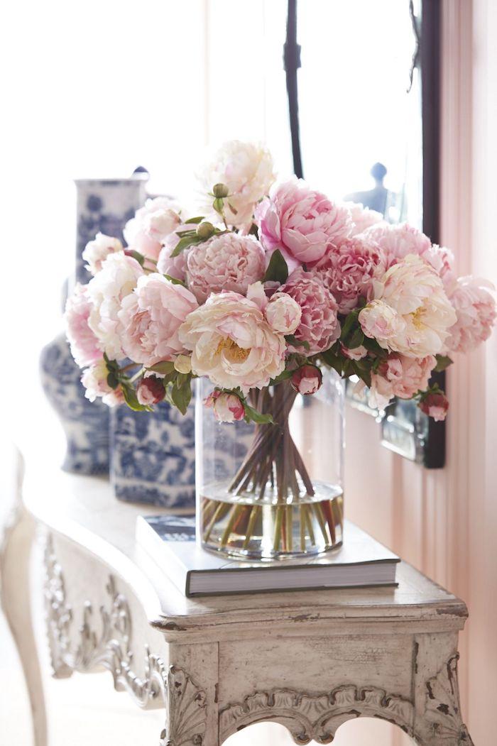bett deko, schöne umgebung im zimmer weiß und rosa blumen in der vase, schrank, spiegel, vasen