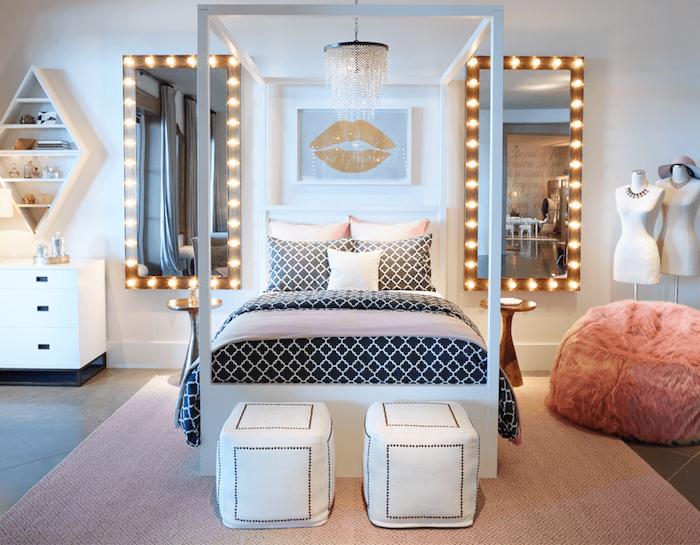 wandgestaltung schlafzimmer, zwei große spiegel an der wand, gut beleuchtet, manequin, deko für designers, hocker, kissen
