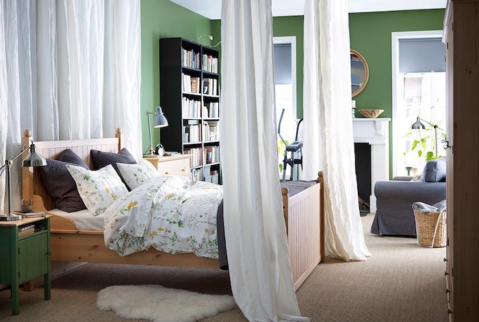 wandgestaltung schlafzimmer, grüne wandfarbe, wanddeko regal mit bürcherm vorhänge weiß, gemütliches bett