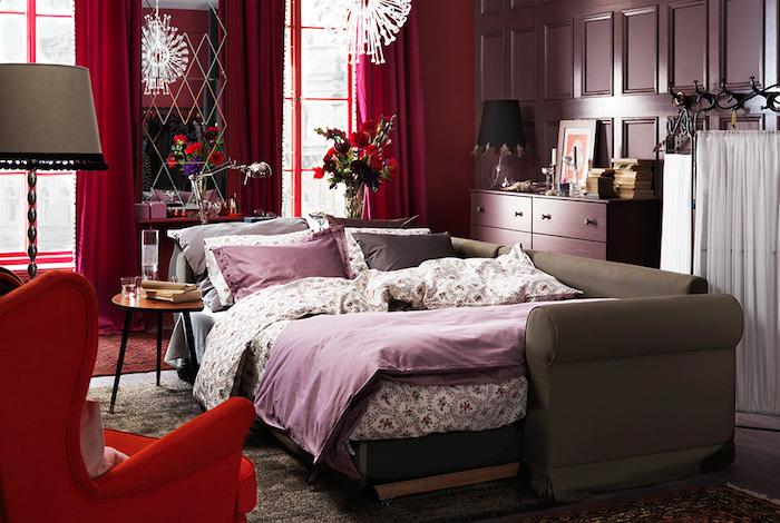 wandgestaltung schlafzimmer, bunte elemente, ausgefallenes design, bett in lila und beige, zimmer meist rot, farbmischungen