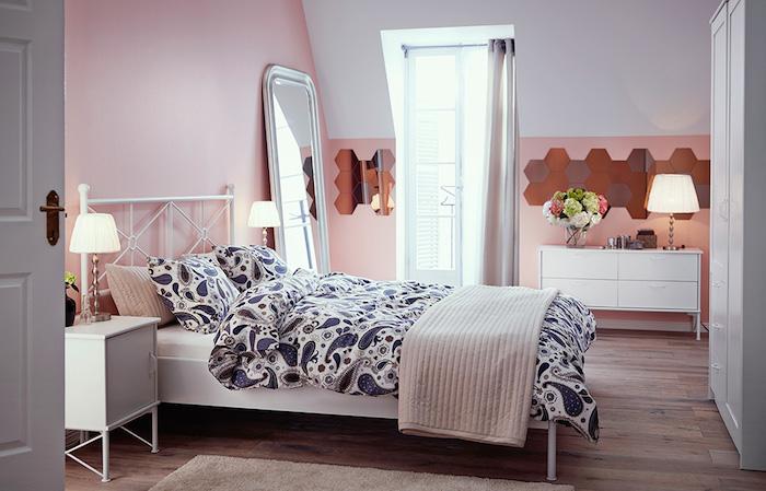 schlafzimmer dekorieren, niedliches design in blau und rosa, schöne idee für das zuhause, dezent und stilvoll einrichten, weiße möbel