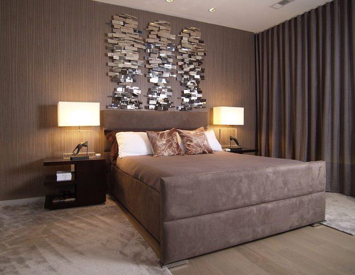 bett deko, braunes zimmer schön gestalten und frisch wirken lassen, spiegelartige deko an der wand, lampen, kissen