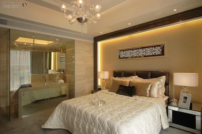 schlafzimmer dekorieren, gelb, beige, weiß einrichtugnsfarbem, großes doppelbett, kleiderschrank mit spiegeln