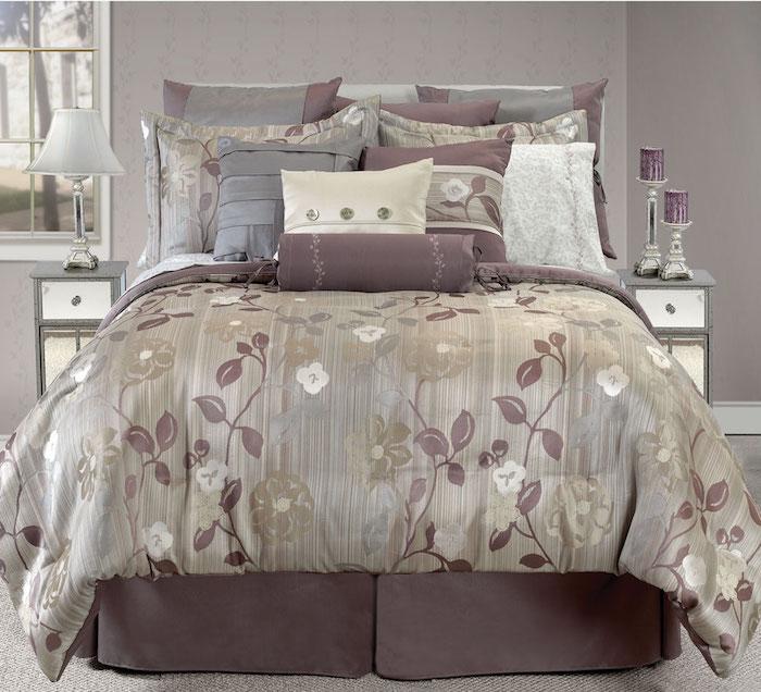 schlafzimmer dekorieren, bettwösche als teil der dekorationen, beige und lila, klassische farben für das schlafzimmer, kissen, lampen ua