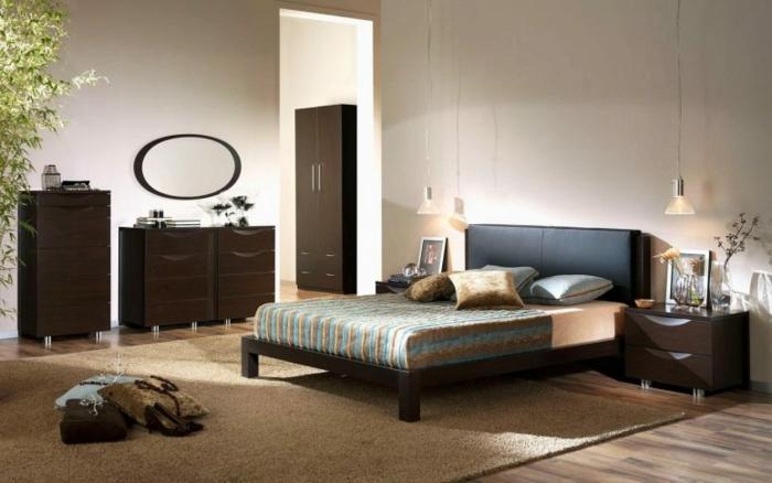 schlafzimmer in stil feng shui einrichten, bett unter dachschräge, erdfarben bei der einrichtung, damenschuhe, spiegel