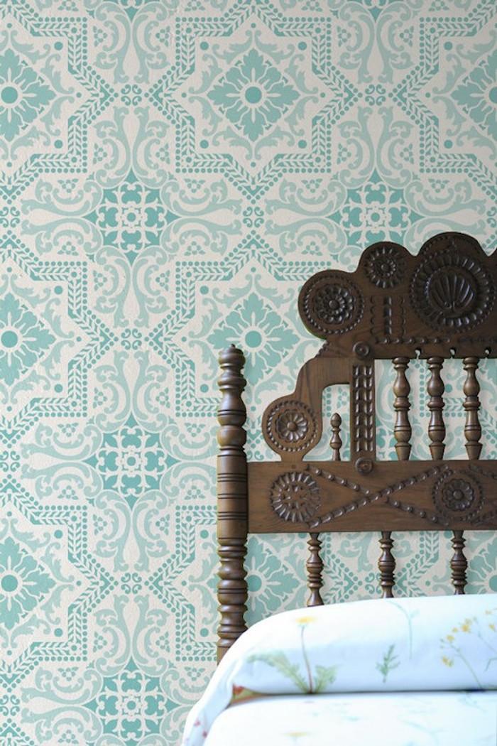 Tapete in Türkis und Weiß im Schlafzimmer, Bett aus Massivholz, weiße Bettwäsche