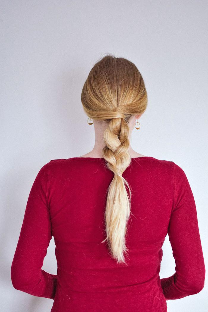 schnelle frisuren für lange haare, frau mit roter bluse, halber zopf, frisuren für den sommer