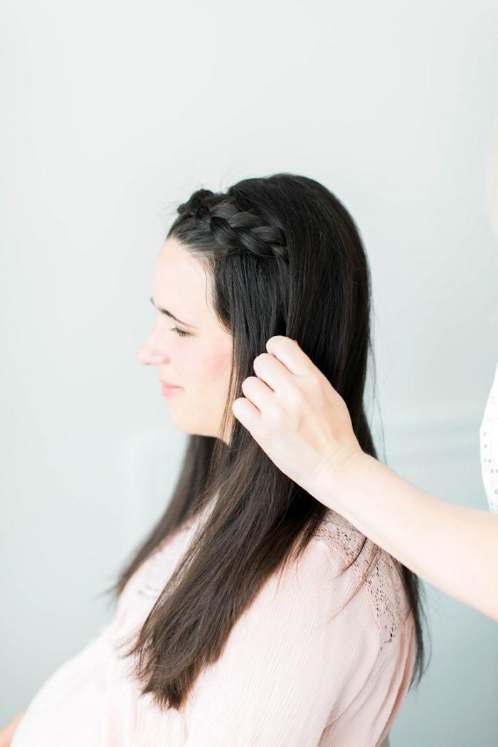 schnelle frisuren für lange haare, frau mit dunkelbraunen glatten haaren, kranzfrisur, zopffrisur